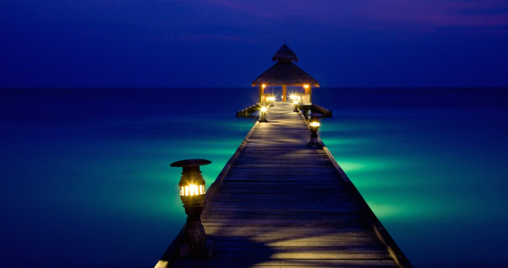 reethi_beach_resort_bei_nacht_0
